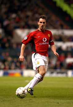 Manchester United drew with Basel as Gary Neville scored a rare goal and Darren Fletcher made his debut - check out the video. Best Football Players, Sport Football, Soccer, David Beckham Manchester United, Manchester United Players, Man Utd Crest, Man Utd News, Man United, Europe