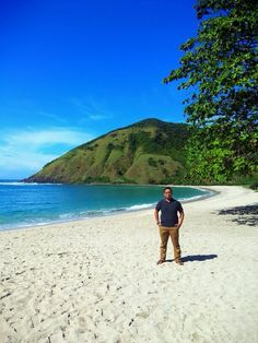 This is the beach mawun. This beach is located in central Lombok. This beach is very beautiful so that many tourists come to enjoy this beach