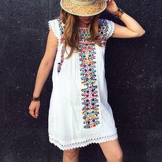 Mini Vestido mexicano, hermoso bordado floral, muy sexy, es fenomenal, estilo rustico, hippy, se puede usar con cualquier tipo de prenda pues por sus hermosos bordados luce con un toque bohemio, hippie, estilo único, estas túnicas son bordadas por las talentosas manos mexicanas con todo su amor y esfuerzo, especialmente para ti de pure love. NOTE: YOU WILL RECEIVE A DRESS THE COLOR YOU HAVE ACQUIRED, design and embroidery colors may vary, it is a totally handmade embroidery, each dress is…