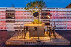 #decoración #arquitectura #terraza #restaurante #exteriores #vintage #palet #interiorismo #romantico #cena Rooftop Bar, Table, Furniture, Home Decor, Terrace, Architects, Restaurants, Interiors, Houses