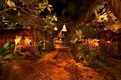 Suasana malam yang eksotis di Kampung Daun di daerah Lembang Bandung