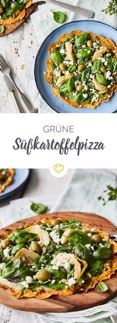 Auf dem Blitz-Pizzaboden aus Süßkartoffelscheiben haben es sich Pesto, Spinat, Oliven & Co. gemütlich gemacht. Grün, grün, grün wird deine nächste Pizza.