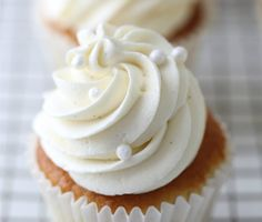 cream cheese recipes White chocolate is not my first choice of chocolate that I would choose. But I came up with the recipe for this white chocolate frosting years ago, because so White Chocolate Cream Cheese Frosting Recipe, Cream Cheese Buttercream Frosting, White Chocolate Cupcakes, Chocolate Frosting Recipes, Chocolate Cheese, Homemade Chocolate, White Buttercream, Caramel Frosting, White Frosting