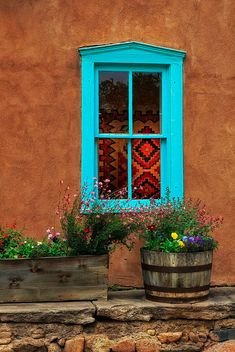 blue window - early evening shot of probably the most photographed house in Santa Fe New Mexico Style, New Mexico Homes, Southwest Art, Southwest Style, Southwest Decor Santa Fe, Fachada Colonial, Santa Fe Style, Adobe House, Tadelakt