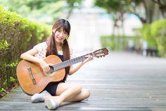 フリー写真, 人物, 女性, アジア人女性, ポートレイト, 小淨(モデル:00278), 中国人, 座る, ツインテール, 音楽, 楽器, 弦楽器, ギター, アコースティックギター, 演奏する,