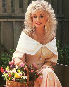 Dolly Parton Just couldn't resist adding this ! Dolly Parton Wigs, Medium Hair Styles, Curly Hair Styles, Beautiful Old Woman, Cut And Style, 70's Style, Celebs, Celebrities, Layered Hair