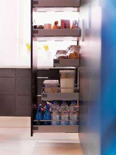 Une armoire de cuisine qui s'ouvre entièrement pour une meilleure accessibilité