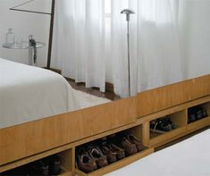 Móveis bem desenhados organizam o quarto e a marcenaria se destaca no quarto do casal. Feito de compensado naval, o armário ganhou nichos abertos para acomodar os sapatos. Portas espelhadas ajudam a ampliar o espaço. Projeto de decoração de Vania Chene.