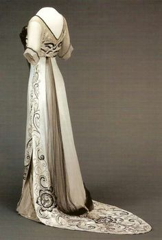 Evening dress, 1910-1913. (Queen Maud of Norway She was still in mourning for her father, hence the black accents.