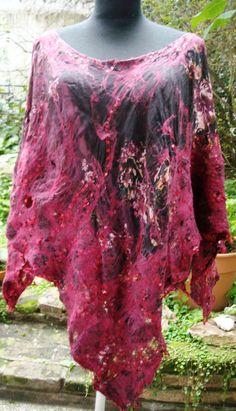 poncho de seda natural estampado, afieltrado con merino, y seda natural