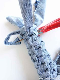 Dogs DIY Square Knot Denim Dog Toy - Make no-sew recycled denim dog toys out of old jeans! It's easy, fast and free! And your pup will love it! These heavy duty recycled denim dog toys are great as chewing dog toy, to play fetch and tug-of-war. Diy Denim, Recycled Denim, Recycled Toys, Diy Dog Toys, Homemade Dog Toys, Best Dog Toys, Sewing Toys, Sewing Projects For Beginners, Diy Stuffed Animals