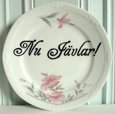 Nu Jävlar! - Pyntetallerken Malta, Decorative Plates, Letter, Design, Home Decor, Malt Beer, Decoration Home, Room Decor
