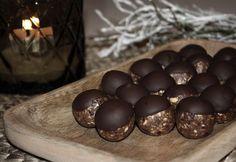 Vi fortsätter att förbereda inför julen med nyttigare alternativ. Julgodis måste inte innebära sockrig kola och glutenstinna lussekatter. Alla barnen är med och mixar och rullar! Chokladdoppade pepparkakskulor 1 dl cashewnötter 1 dl mandlar 8 dadlar 1 msk kokosolja 2 msk pepparkakskrydda 1 tsk ingefära (om man gillar mycket ingefärssmak) 50 gram mörk choklad 1. Kärna