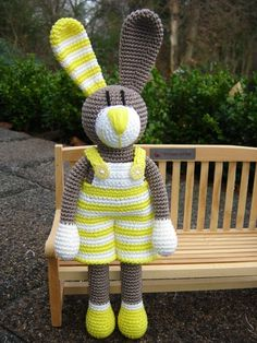 Gestatten: Jeremy Hase ♥ Why do you want to knit? Knitting is harmful or beneficial. How does knitting affect the brain? Diy Crochet Doll, Crochet Bee, Crochet Bunny Pattern, Crochet Rabbit, Crochet Amigurumi, Easter Crochet, Amigurumi Patterns, Doll Patterns, Crochet Patterns