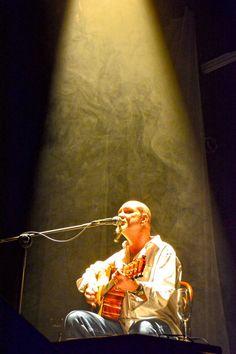Ele sobe ao palco acompanhado do talentoso músico Mázzar Mazzarolo, que toca violão, oboé e corne inglês.