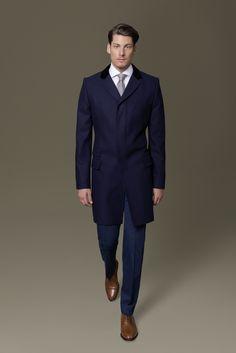 Ob zum Anzug oder leger getragen in der Freizeit – der DOLZER Covert Coat ist ein Klassiker unter den Herrenmänteln. Signifikante Merkmale sind der Kragen aus Samt, die verdeckte Knopfleiste und die vier Stitching-Nähte an Ärmel- und Saumabschluss.