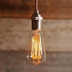 Trendy koperkleurige fabriekshanglamp Het strakke snoer en de koperkleur maken deze lamp helemaal af. De koperkleurige hanglamp ademt eenindustriële sfeer uit en met een warme gloei bol krijgt u dat beoogde vintage gevoel.Dankzij de E27 fitting is deze lamp ook geschikt voor alle andere type lichtbronnen.