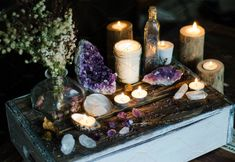 Witches altar - Make Like A Witch A Simple Tip To Powerfully Enhance Your Spiritual Life – Witches altar Feng Shui, Crystal Altar, Crystal Decor, Crystal Garden, Crystal Healing, Meditation Corner, Meditation Space, Altar Particular, Meditations Altar
