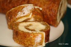 Kürbis-Frischkäse-Rolle klingt irgendwie erst einmal herzhaft, oder? Ist es aber nicht. Es ist nämlich ein Kuchen. Da gerade Kürbiszeit ist, bietet es sich
