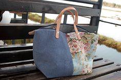 Tote bag - Mala estilo saco, em tecido, forrada. Alças em couro natural. Pode ser usado tanto no braço como na mão. Handmade - numerado. Med: 42x31x14cm