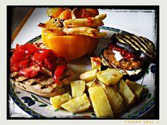 peperone ripieno di pasta, burger di melanzane, patate al forno e crostone di pane abbrustolito