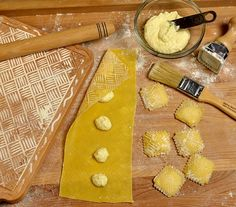 Quilted Ravioli with butter. Using a Cavarola board to imprint the pasta Italian Cooking, Italian Recipes, Wine Recipes, Pasta Recipes, Spatzle, Homemade Ravioli, Veggie Pasta, Picky Eaters, How To Cook Pasta