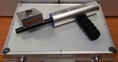 Το LOS ANGELES περιλαμβάνει ισχυρή μονάδα ασύρματου πομπού για την επικοινωνία με την συσκευή, με πρωτοπόρα Αμερικάνικη τεχνολογία και προγραμματισμό από κορυφαίους επιστημονικούς παράγοντες της παγκόσμιας έρευνας ραβδοσκοπίας με εξιδείκευση στην κατασκευή ασύρματων πομπών και ανιχνευτών αποστάσεως. Ο πομπός προσαρμόζεται μέσω κλιπ στην ζώνη του ραβδοσκόπου και είναι συνεχώς σε επικοινωνία με την συσκευή χωρίς απώλεια σήματος, με ασφάλεια στην σταθερή και εγγυημένη λειτουργία.