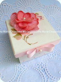Caixas com flor para lembranças | Lembrancinhas de Casamento Wedding Boxes, Wedding Favors, Party Favors, Decoupage Box, Vintage Box, Gift Packaging, Painting On Wood, Decorative Boxes, Birthdays