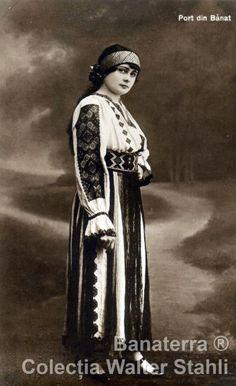 Româncă în costum popular (II)