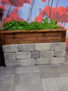 Enkel urtebedd av Herregård mur i fargen gråmix og multistolper og terrassebord fra treverk fra MøreRoyal®.