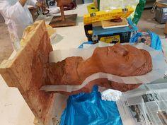 Preparando la escultura para hacer el molde frontal.