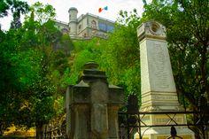 imagen del obelisco a los niños heroes, se alcanza a apreciar el castillo de chapultepec en el fondo