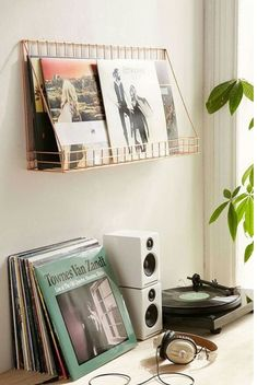 Making a uni dorm room your own is important, especially if you live far from home. Jazz up your uni dorm room with these 10 cute accessories. Vinyl Shelf, Vinyl Storage, Lp Storage, Storage Ideas, Retro Room, Vintage Room, Room Ideas Bedroom, Bedroom Decor, Music Bedroom
