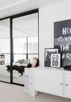 Intérieur finlandais chambre noire et blanche.