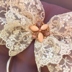 A detail of the latest wedding rings pillow I have made yesterday... so fun to make it!! I have always loved lace and used in the right way you can get a marvelous result!! Hope you will like it too :)