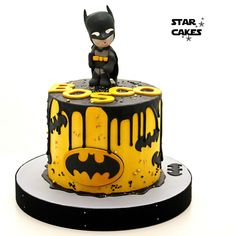 Tarta Batman para un primer cumpleaños. Drip cake, sin fondant, crema de mantequilla en amarillo y ganaché de chocolate en negro. Batman drip cake for a first birthday party.