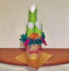 お部屋にも飾れる小さい手作り角松。ラップの芯やお菓子の空き容器で簡単に作れて本格的!お正月の飾りに♪