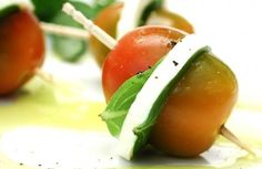 Petisco simples e saudável pra não chegar ao jantar com aquela fome de leão: Aperitivo de tomate com queijo light   Panelinha - Receitas que funcionam