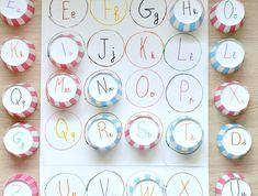 caissettes à muffins avec des lettres marquées dessus à associer à des lettres écrits sur un bout de feuille, jeu d asscoaition, activité montessori