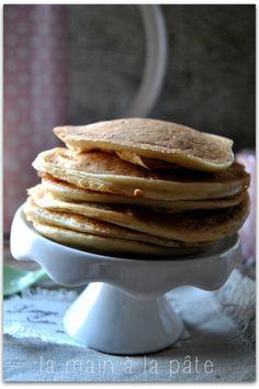 Pancakes au tofu soyeux ajouter une petite cuillère à café de bicarbonate j'ai remplacé le sirop d'érable par du sucre de canne et j'ai mis PLEIN de cannelle Bien les cuire