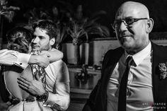 Emotivo abrazo del novio a invitada en boda