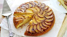 Upside Down Skillet Grilled Peach Cake - Leave the oven off and fire up the grill for this easy and delicious upside down peach cake, made in a skillet. Peach Cake Recipes, Dessert Recipes, Dessert Ideas, Grilled Peaches, Cupcake Cakes, Cupcakes, Eat Cake, Cookies Et Biscuits, Delicious Desserts