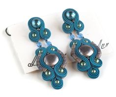Técnica Marine pendientes Soutache único hechos por Armidaandcrafts, €130.00 Shibori, Hand Chain, Soutache Earrings, Jewelry Crafts, Belly Button Rings, Choker, Jewerly, Swarovski, Jewelry Design