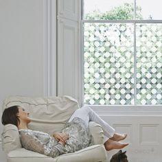 Film pour vitres Gros pois. Design Sophie Briand pour Acte Deco. www.design-graphisme-mural.fr