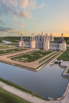 dream mansion If you visit one Chateaux (castle) in the Loire Valley or indeed France it should probably be Chambord Beautiful Castles, Beautiful Places, Most Beautiful Images, Wonderful Places, Amazing Places, Chambord Castle, French Castles, English Castles, Dream Mansion