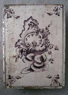 Svenskt 1700- tals kakel Rokoko. Variant av Jean Eric Rhen mönster.