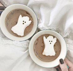 Ghost Marshmallows and Hot Chocolate Source by arnarah Halloween Treats, Fall Halloween, Happy Halloween, Halloween Decorations, Halloween Ghosts, Halloween Peeps, Halloween Party, Halloween Costumes, Autumn Inspiration
