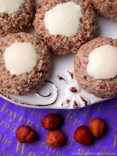 Jetzt ist auch bei mir die Weihnachtsbäckerei gestartet, nachdem ich mit dem kleinen Kürbiskuchen erst einmal den Herbst so richtig gewürdigt habe 🙂 . Den Anfang machen einfache Zimt-Kugeln, die zusätzlich so nussig schmecken, dass ich sie in Haselnuss-Zimt-Kugeln umgetauft … Weiter