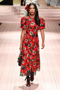 Dolce & Gabbana Spring 2019 Ready-to-Wear Fashion Show Collection: See the complete Dolce & Gabbana Spring 2019 Ready-to-Wear collection. Look 51 Fashion Week 2018, Fashion Now, Milan Fashion Weeks, Women's Fashion Dresses, Moda Floral, Women's Runway Fashion, Fashion Trends, Estilo Geek, Bruna Marquezini