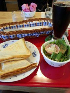 今日のお昼ご飯はホットサンド玉子味とアイスコーヒーいただいています。